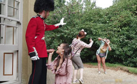 Tourists Caught Chubby Kinky Brunette While Fucked by Endowed Queens Guard